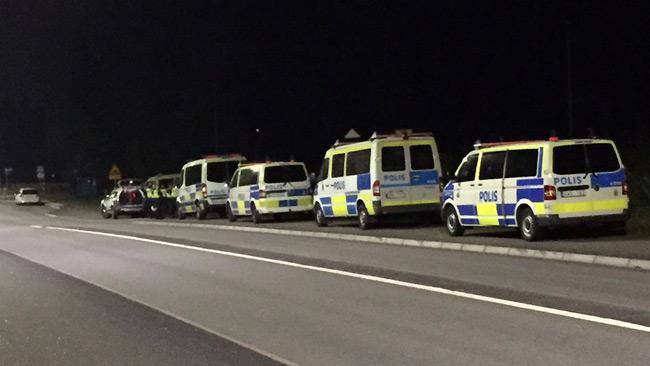 En bit utanför området var polisen samlad, men syntes inte till där det varit oroligt. Foto: Privat