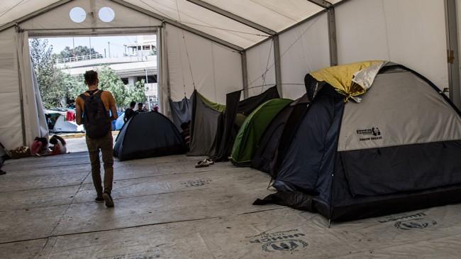 Egor Putilov går genom ett UNHCR-tält för flyktingar. Uppdraget var att göra propagandavideo åt Avpixlat.