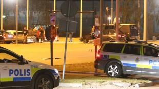 Polis blev utsatt för stenkastning av bilintresserade ungdomar i innanförskapsområdet Täby.