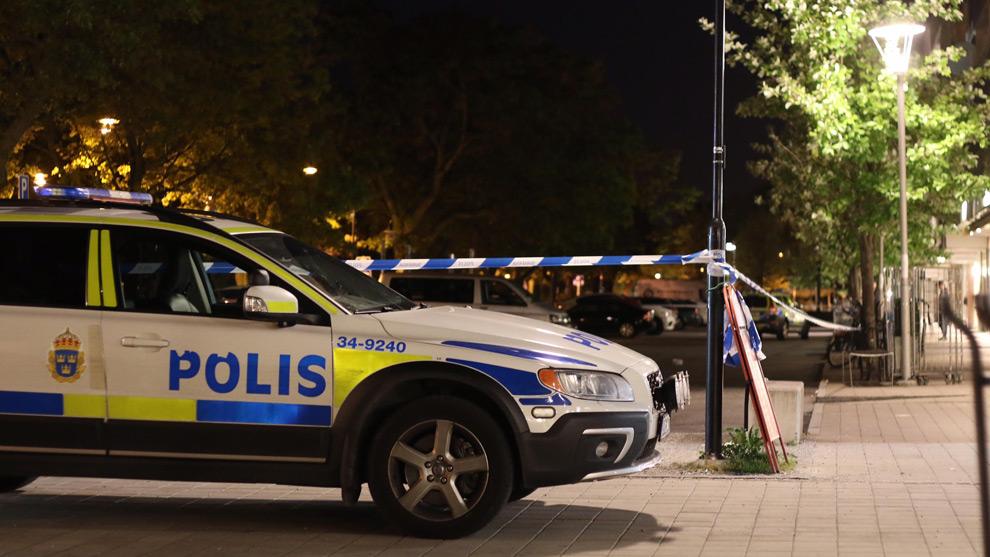 Polisen har spärrat av ett område i Sollentuna. Foto: Stefan Reinerdahl