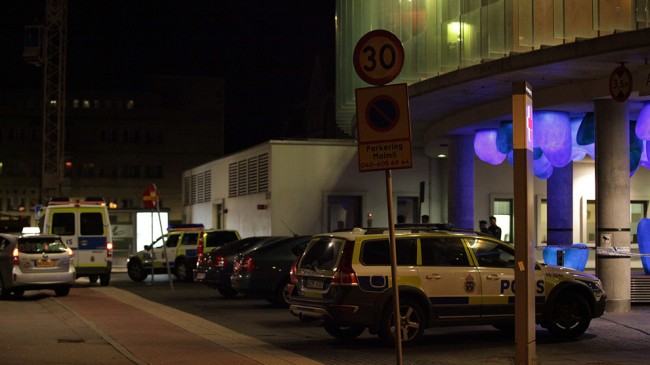 Polisen närvarade utanför akutmottagningen vid sjukhuset. Foto: Adrian