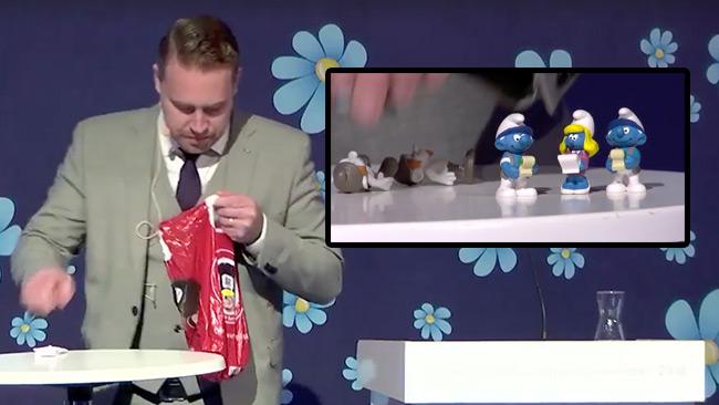 Karlsson förklarade budgeten med hjälp av smurfar. Foto: Faksimil Facebook