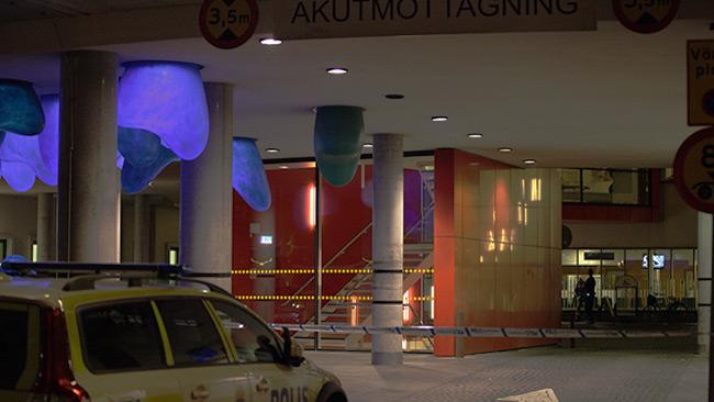 Polisen letade efter beväpnade personer inne på sjukhuset. Foto: Adrian