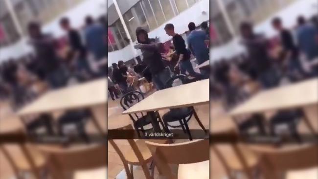 Storslagsmålet fångades på video – Använder möbler som tillhygge inne på skolan