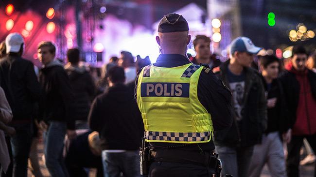 Polis övervakar en festival. Foto: Nyheter Idag