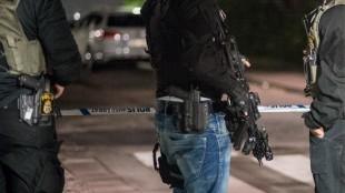 Poliser med förstärkningsvapen. Bilden är tagen vid ett annat tillfälle. Foto: Nyheter Idag