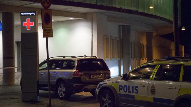 Polis utanför akutmottagningen. Foto: Adrian