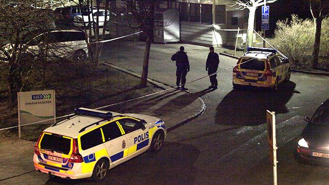 Polisen spärrade av på platsen där skjutningen ägt rum. Foto: Adrian
