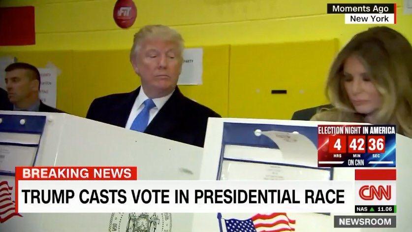 Trump kontrollerar sin fru i valbåset. Foto: CNN / Twitter
