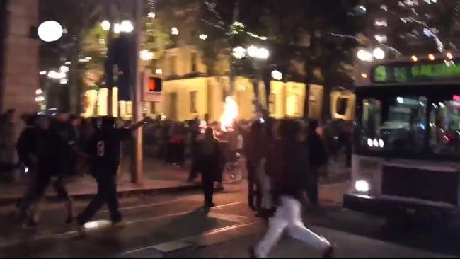 Polisen fick sätta in chockgranater mot vänsterdemonstranterna. Foto: Faksimil Twitter