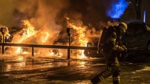 Flera bilar brann i Södertälje