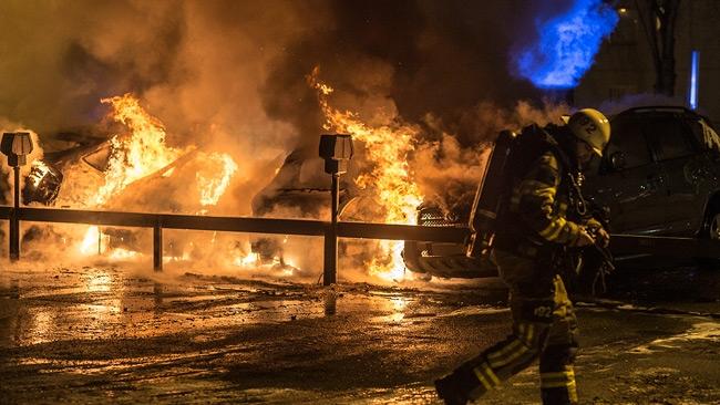Man försökte släcka bilbrand – dog
