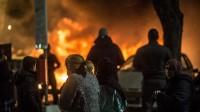 Flera bilar brinner på en parkering i Norsborg. Foto: Nyheter Idag