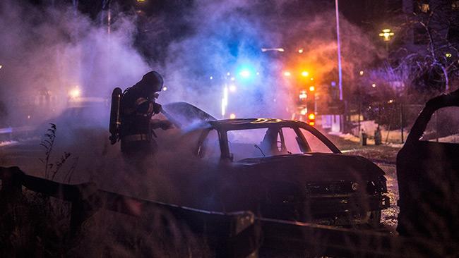 Räddningstjänsten släcker tre bilar på Ekvägen i Skärholmen. Foto: Nyheter Idag