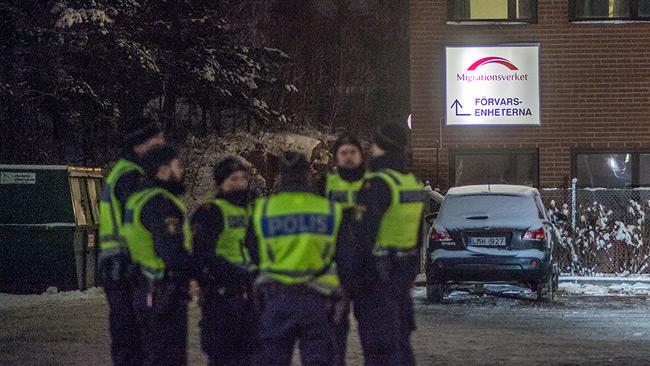 Poliser står utanför Migrationsverkets förvar i Märsta. Foto: Nyheter Idag