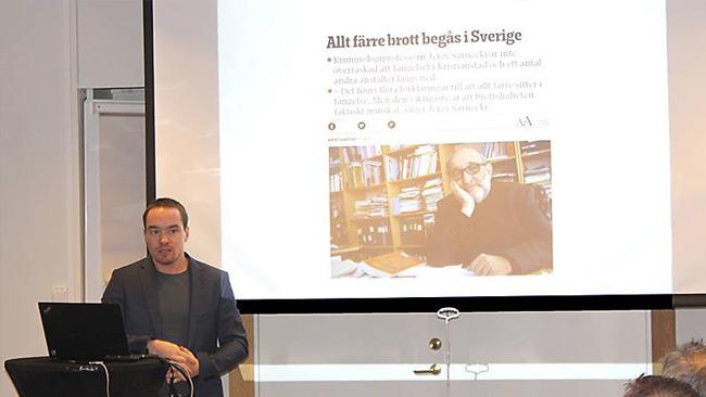 Här håller Ekeroth föredrag om kriminalpolitik. Foto: SD Örebro län