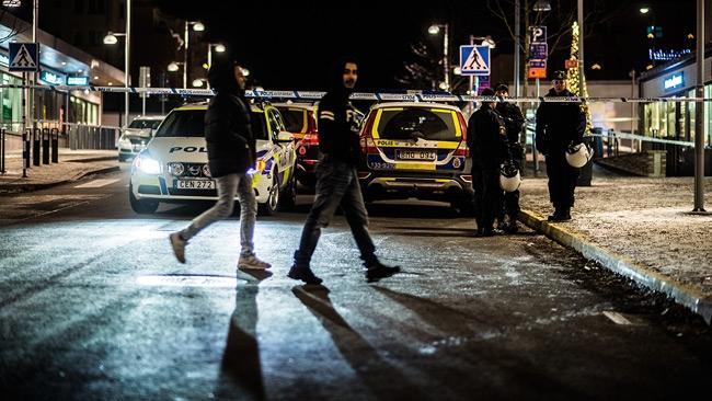Två sköts ihjäl i Rinkeby – Sen kastades stenar mot polisen
