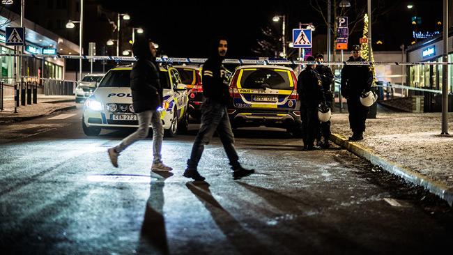 Polis spärrade av Rinkebystråket efter skjutningen. Foto: Nyheter Idag