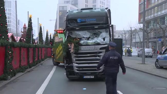 Lastbilen bärgas från platsen. Foto: Faksimil Youtube
