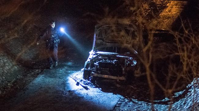 I den utbrända bilen i en gångtunnel i Vårby påträffades ett automatvapen. Foto: Nyheter Idag
