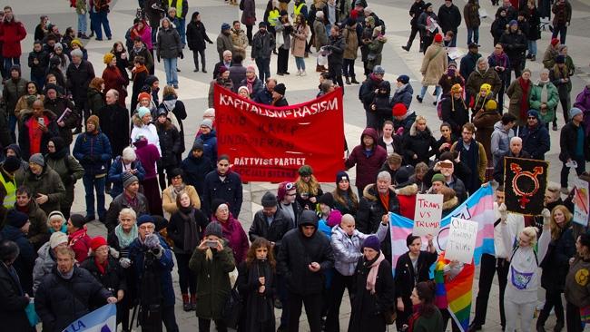 Trump gillas i smyg av protesterande kommunister