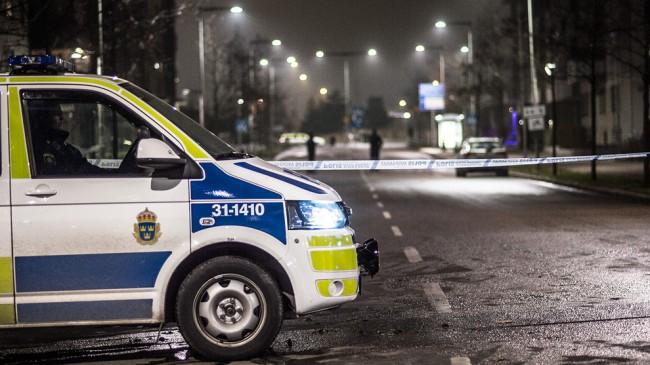 Polisen upprättade en omfattande avspärrning i Fruängen. Foto: Nyheter Idag