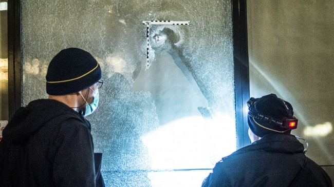 Polisens tekniker undersökte vad som ser ut att vara ett kulhål i ett skyltfönster på Vantörsvägen. Foto: Nyheter Idag