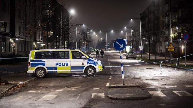 Flera poliser arbetade på platsen i Fruängen. Foto: Nyheter Idag