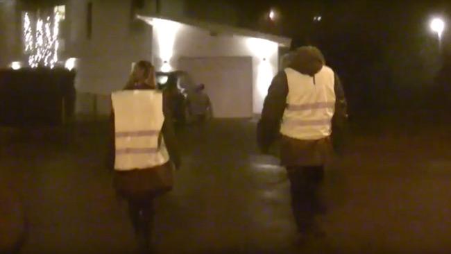Två trygghetsvandrare tar sig an nattens utmaningar i överklassområdet. Foto: Youtube