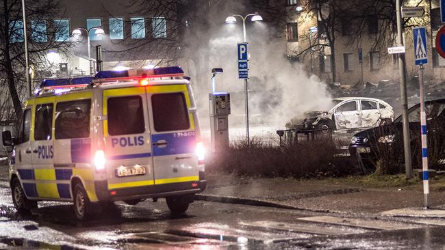 Poliser på plats i Rinkeby. Foto: Nyheter Idag