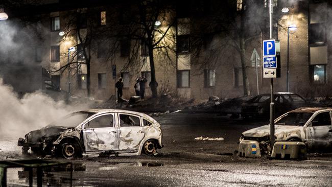 Nu sprids en bild av att Sverige har problem i invandrartäta förorter. Bilden är tagen i samband med upploppen i Rinkeby. Foto: Nyheter Idag