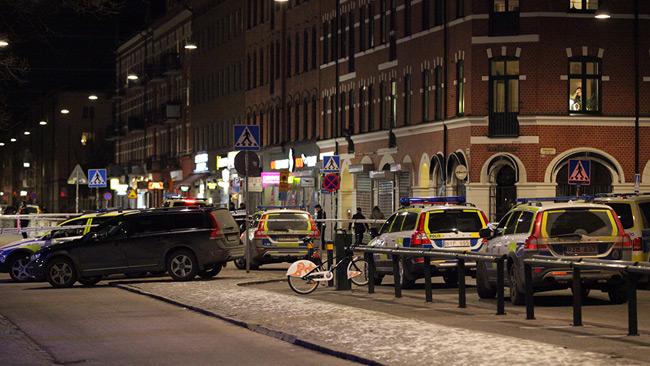 Stora delar av Möllevångstorget är avspärrat. Foto: Adrian