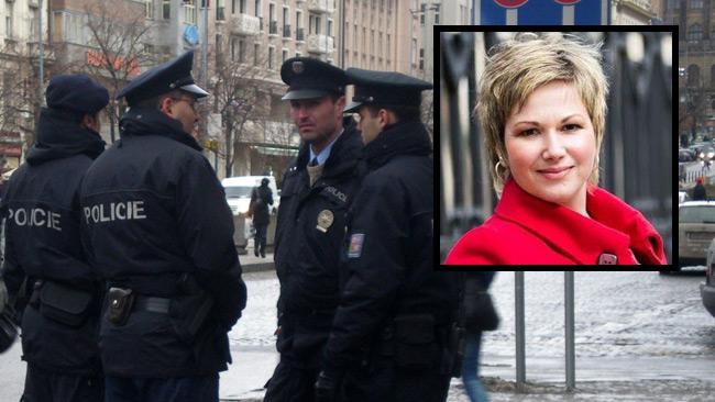 Petra Lhotakova (infälld). I bakgrunden tjeckiska poliser. Foto: Wikimedia Commons