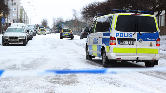 Det var ett stort polispådrag på platsen i Hallonbergen. Foto: Stefan Reinerdahl