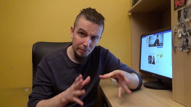 EABT går igenom Facebookinställningar i en video på, just det, Facebook.