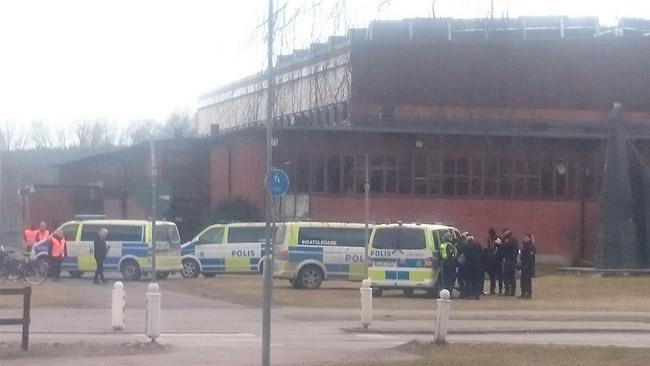 Polis utanför skolan i Hallsberg. Foto: Privat