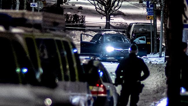En övergiven bil stod innanför avspärrningarna. Foto: Nyheter Idag