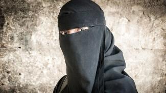 Coronasmittad man tog sig ombord på flyg förklädd i niqab