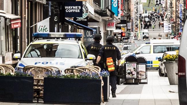 Poliser på Drottninggatan efter attacken. Foto: Nyheter Idag