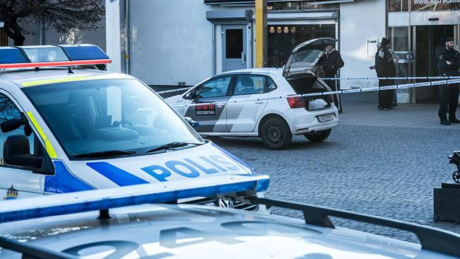 Polisen spärrade av platsen runt en väktarbil. Foto: Nyheter Idag