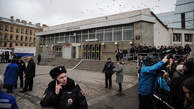 Polisen spärrade av utanför tunnelbaneingångarna i S:t Petersburg. Foto: Denis Tarasov