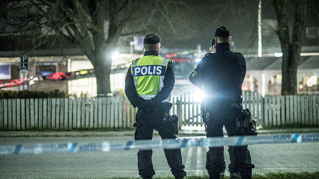 Polis spärrade av runt moskén samtidigt som räddningstjänsten arbetade med att släcka branden. Foto: Nyheter Idag