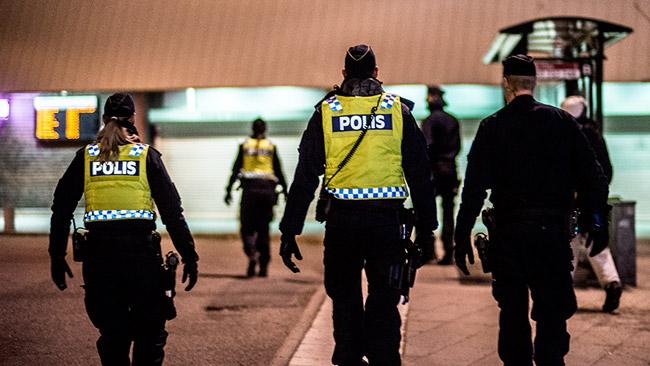 Poliser i Fittja centrum. Foto: Nyheter Idag