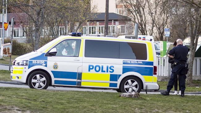 Två ungdomar satt i den här polisbussen i centrala Skogås. Foto: Nyheter Idag