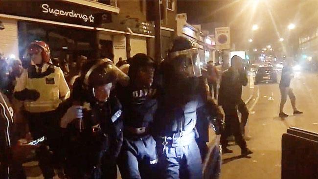 """Dramatiska videobilderna: Här attackeras polisen i våldsamt """"Black Lives Matter""""-upplopp"""