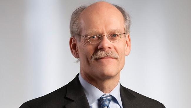 Riksbankschefen varnar för kris - Kritisk mot bankirer och politiker