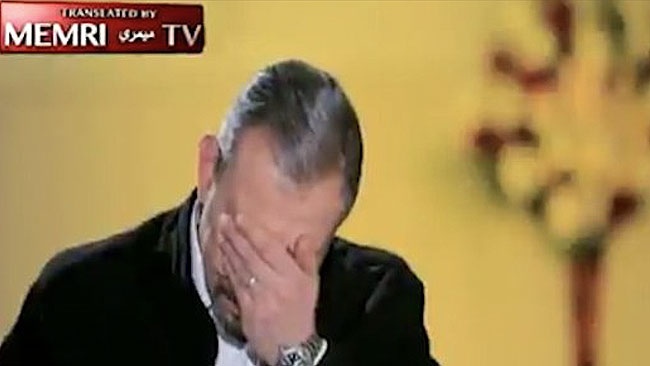 Den Egyptiske programledaren bröt ihop efter Dahills berättelse. Foto: Extra News