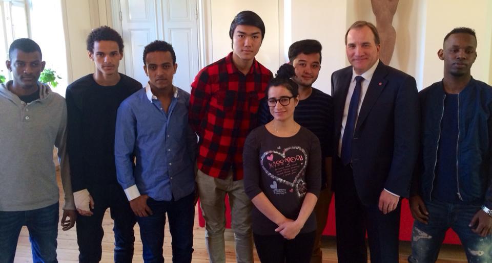 Statsminister Stefan Löfven tillsammans med en grupp flyktingbarn. Foto: Regeringen