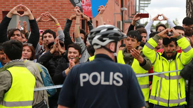 Handhjärtan i protest mot utvisningar. Foto: Roger Sahlström