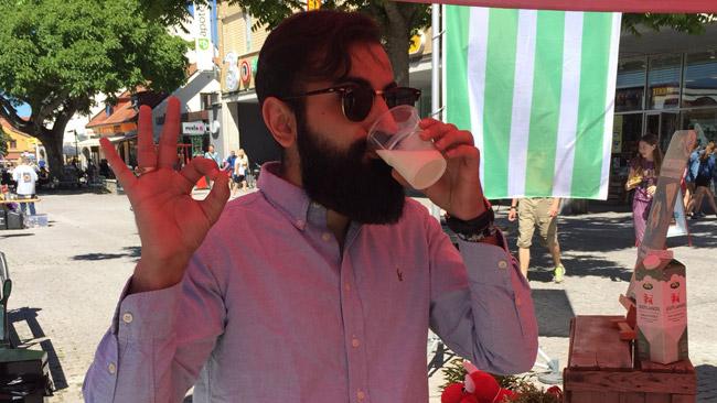 Hanif Bali (M) dricker mjölk. Foto: Privat